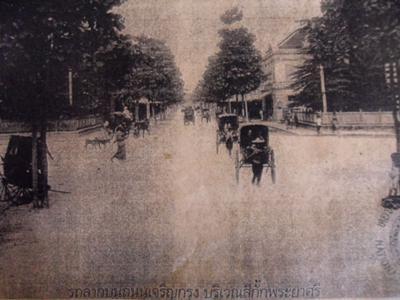 Rickshaw pullers at Si Kak Phraya Si intersection