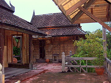 Traditional thai houses old thai houses in bangkok for Thai classic house